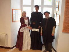 Museumsleiterin C.Krebs mit den Ortsbürgermeister Herrn U.Simons und Michael Steggler Bürgermeister 1534 in Osterwieck