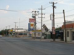 空き店舗ばかりの大通り。