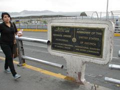 フアレスとエルパソをつなぐ橋の真ん中にある国境の表示