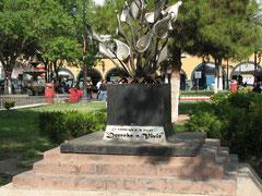 アルマス広場にある殺害された女性たちを悼む碑。