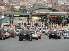 フアレスからエルパソ側に向かう入管待ちの車の列。