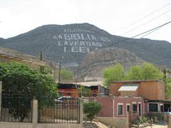 国境の橋から見えていた文字の山のふもと。急な坂道沿いに小さな家が建ち並ぶ。