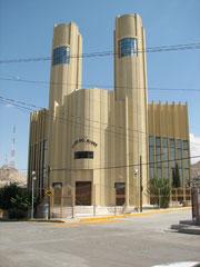 文字の山のふもとの貧困地区の中心に建つ「世界の光教」の教会。