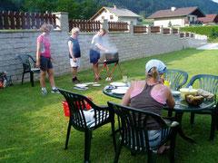 Grillen im Garten nach einer wunderschönen Bergtour