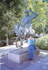 Buhara'da Nasreddin Hoca heykeli önünde (1998 – Özbekistan)