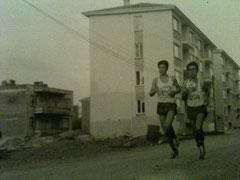 Liselerarası Kros Şampiyonasında. Nazilli Lisesini temsil ederken. Ben her zamanki gibi soldayım. (1977 – Nazilli) Mustafa Balbay
