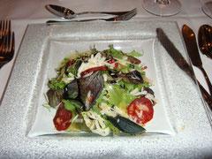 Bouquet von jungen Blattsalaten mit Chorizo, Pinienkernen, Parmesan
