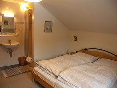Zweibettzimmer mit Dusche und Balkon