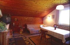 gemütliches Wohnzimmer mit Eckbank und Aussicht auf den Kalmberg - SatTV
