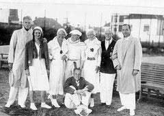 Zum Turnier 1932 trat die 1. Herrenmannschaft des ETUF fast komplett an. Links Dr. Wolfgang Huber mit seiner Schwester Gerda. In der Mitte Conny Meffert- die blonden Damen blieben anonym Quelle: Privat Andreas Huber