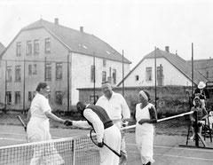 Dr. Willi Huber (2.v.l.) mit seiner Frau Irmela beim Bäderturnier auf Borkum 1932 Quelle: Privat Andreas Huber