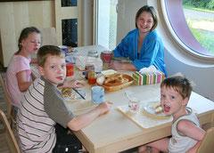 Das erste gemeinsame Frühstück im neuen Haus