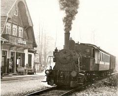 E 3/3 5 mit MThB B3 102 + FZ 51 in Sursee-Stadt, 3. 3. 1966