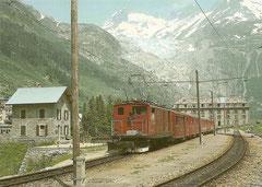 HGe 4/4 34 im Bahnhof Gletsch, hinten der Rhonegletscher am 2. 8. 1980