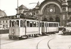 StStZ Ce 2/2 175 mietweise in Luzern mit C 58 vor dem Bahnhof, um 1955