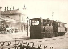 """Lok HG 2/2 """"Neuchâtel"""" mit BC 4 Nr. 1 + 2vor dem Bahnhof Neuenburg um 1895"""