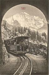 Tunneleinfahrt mit Blick auf die Jungfrau