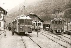 BDe 4/4 6 daneben BDe 2/2 4 + Xe 2/2 22 in Engi-Vorderdorf, 1965