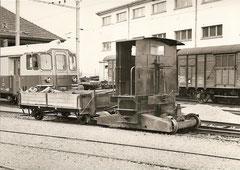 Tm 214 ex SBB mit Bahndienst Rollwagen in Fahrwangen am 11. 4. 1966