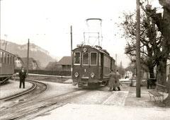 CFe 4/4 1 wartet in Niederbipp die Kreuzung eines SNB-Zuges ab