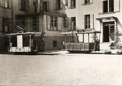 Kompletter Fahrzeugpark vor dem Riffelalp-Hotel, Gepäck-, Roll- + Triebwagen