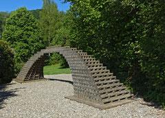 Brücken bilden - bilden Brücken / 2017 bis dato / 750x125x185cm / Fichtenlatten / Langzeitprojekt