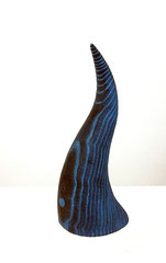 Horn blue / 2020 / 10 x 11 x 21 cm / Eschenholz geflammt, Oelfabe