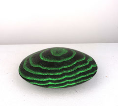 Disc green / 2020 / 14,5 x 14,5 x 6 cm / Eschenholz geflammt, Oelfabe