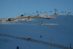 Skibetrieb in untergehender Sonne