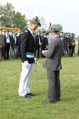 Hermman Robert wird für 30.- jährige Offizierstätigkeit ausgezeichnet