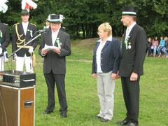 Unser neuer Präsident Alfred Sicking dankt unserem Ehrenpräsidenten Johannes Ening und seiner Frau Hildegard für den tollen Einsatz mit einem Orden und einem Blumenstrauß.
