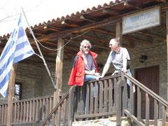 Athos 2006 Zwei Vize BGM vor dem Gemeindeamt in Ouranopolis