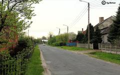 Straße von der Bahnunterführung zur Kirche