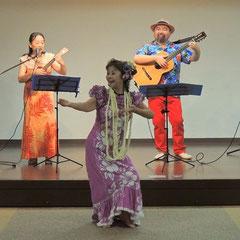 2014年9月小山葉子ウクレレ教室発表会にてゲスト演奏。フラダンスとともに