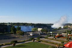 Niagara-Wasserfälle (links die amerkanischen, rechts die kanadischen Fälle)