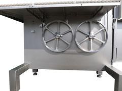 Mit 2 Antriebsrollen Durchmesser 400 und 2 Motoren mit je 2,2 kW ist die 800er bestens ausgestattet um wirlich Alles sägen zu können