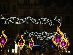 UNE RUE AVEC SES LAMPADAIRES (DETAILS)