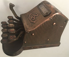 Vista lateral de la sumadora THE ADDER, hecha en Londres y comercializada probablemente desde 1908 (la patente se concedió en 1904)