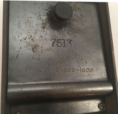Parte inferior de la sumadora THE ADDER con su número de serie