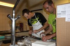 Silvan und Ralph beim Abwasch