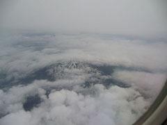 高い山の頂きを眼下にして、まだ残雪も残っている