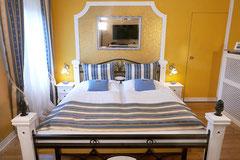 Queensize Bett mit Wandspiegel