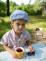 Маруся кидает чернику в чай
