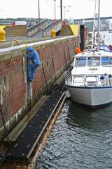 Merja menossa maksamaan Kielin kanavalla