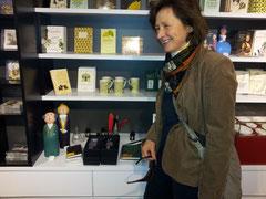 Veronika Gummel mit Goethe und Schiller Papiermaché-Figuren