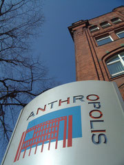 Anthropolis GmbH: Konzept und Umsetzung eines Leitsystems für einen Gebäudekomplex