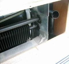 Luftleitblech (Aluwinkel) an den Kühlrippen, Blech als senkrechte Trennwand.