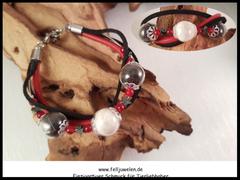 Bild 18: Glasperlen (14mm) mit Haaren gefüllt, rote Jadeperlen und Hämatitsternchen. Schwarzes Velourlederband und rotes Nappaleder sind mit angebracht. Verschluss aus Edelstahl.Preis: 55 Euro.