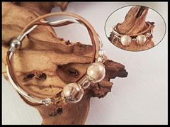 Bild 11: Gefüllte Glasperlen (14mm) mit Tierhaar und farblich passenden Swarovskisteinchen. Silberne Elemente sind aus Sterlingsilber. Die abgestimmten Lederbänder sind mit einem Magnetverschluss befestigt. Preis: 60 Euro