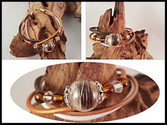 Bild 3: Glasperle (14mm) gefüllt mit Pferdehaaren, passenden Zusatzperlen und silbernen Perlkappen. Die unterschiedlichen Lederbänder sind farblich auf die Haare abgestimmt, der Veschluss ist aus vergoldeten Edelstahl. Preis: 55 Euro